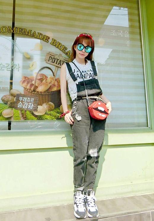 """Mặc dù không nổi trội bằng chiếc túi Shy Girl tại Việt Nam nhưng tại """"đất mẹ"""" Hàn Quốc, chiếc túi hình môi xinh xắn này đã tạo nên một trào lưu phủ sóng rộng khắp trong giới mộ điệu thời trang."""