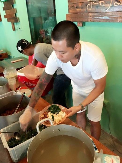 Tuấn Hưng tham gia hoạt động nấu cơm từ thiện gần đây. - Tin sao Viet - Tin tuc sao Viet - Scandal sao Viet - Tin tuc cua Sao - Tin cua Sao