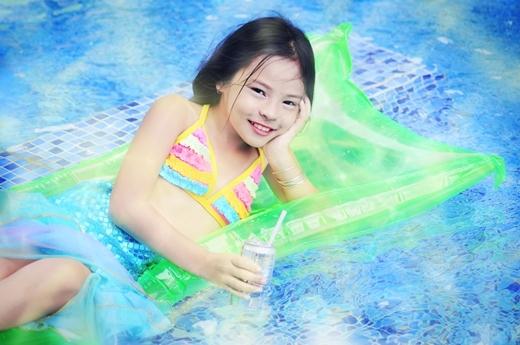 Nhiều người nhận xét bé Sunny tạo dáng như người mẫu chuyên nghiệp.