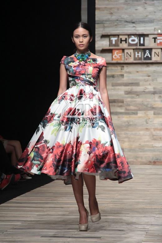 Quán quân VietNam's Next Top Model 2013 - Mâu Thanh Thủy giữ vai trò vedette cho BST. Cô trình diễn một thiết kế trễ vai in họa tiết hoa cỡ lớn với phom váy xòe cổ điển.