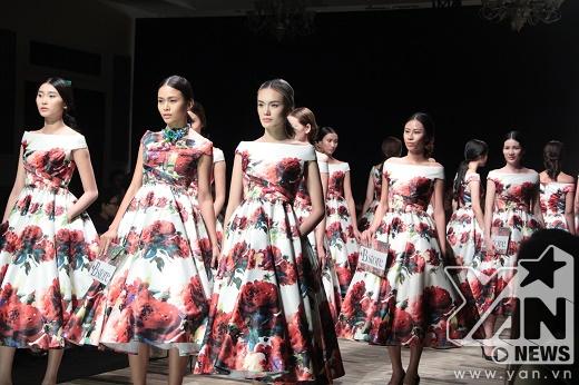 Ngay sau đó, phần trình diễn gây bất ngờ, thích thú cho khán giả khi một loạt người mẫu diễn những thiết kế giống hệt nhau. Trong đó, 3 người mẫu đứng đầu gồm có: Kim Nhung, Mâu Thanh Thủy, Lê Thanh Thảo.