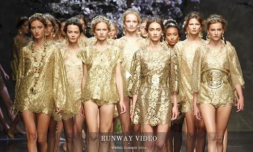 Không khó để nhận ra ý tưởng trình diễn nhóm này đã từng được nhà mốt lừng danh Dolce and Gabbana liên tục sử dụng để chốt màn cho các BST trong những năm gần đây.