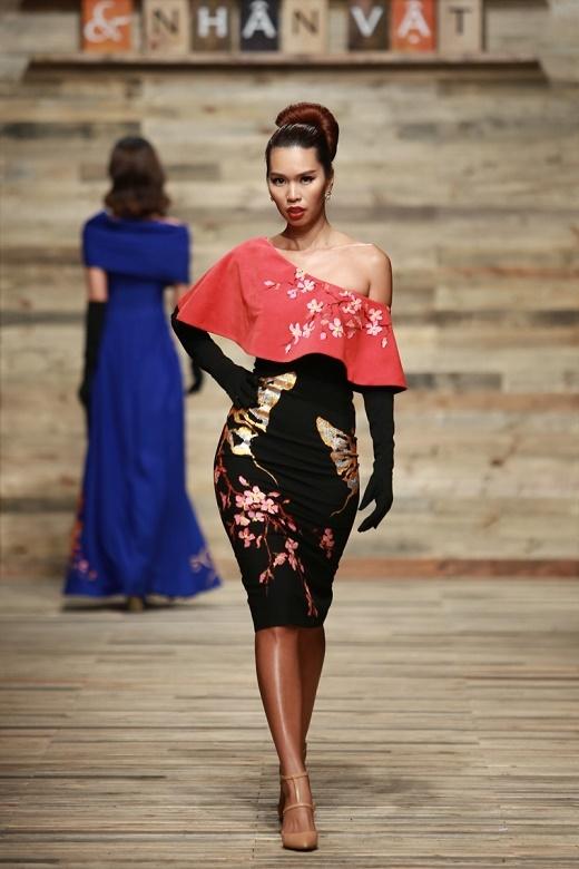 Phom váy khá đơn giản được tạo điểm nhấn bằng những họa tiết vẽ tay bằng sơn dầu tỉ mỉ, tinh tế.