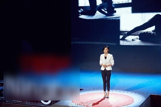 Viên San San tự tin trong buổi thuyết trình về vấn nạn bạo lực mạng