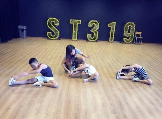 Tận dụng thời gian rảnh rỗi, Chi Pu đưa các cháu tới phòng tập của nhóm ST319 để rèn luyện khả năng vũ đạo.       Một vài cư dân mạng hài hước đùa rằng đại gia đình người đẹp sắp tới sẽ có cuộc tổng tiến công vào showbiz Việt. - Tin sao Viet - Tin tuc sao Viet - Scandal sao Viet - Tin tuc cua Sao - Tin cua Sao