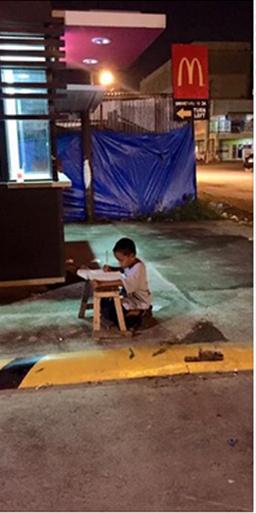 """Thắt lòng với câu chuyện phía sau bức ảnh """"cậu bé vô gia cư ngồi học bài"""""""
