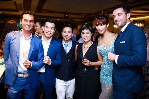 Bạn thân của Hà Anh - ca sĩ Hồ Trung Dũng cũng có mặt tại bữa tiệc. - Tin sao Viet - Tin tuc sao Viet - Scandal sao Viet - Tin tuc cua Sao - Tin cua Sao