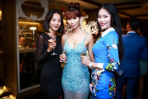 Tất cả các khách mời đều mặc trang phục màu xanh nước biển, trắng hoặc đen. - Tin sao Viet - Tin tuc sao Viet - Scandal sao Viet - Tin tuc cua Sao - Tin cua Sao