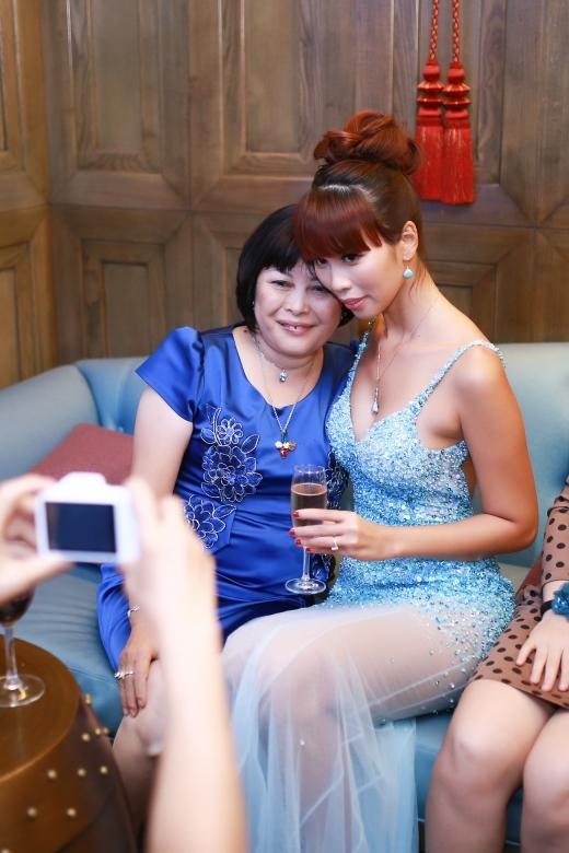 Mẹ của Hà Anh từ Hà Nội đã bay vào chung vui trong ngày hạnh phúc của con gái. - Tin sao Viet - Tin tuc sao Viet - Scandal sao Viet - Tin tuc cua Sao - Tin cua Sao