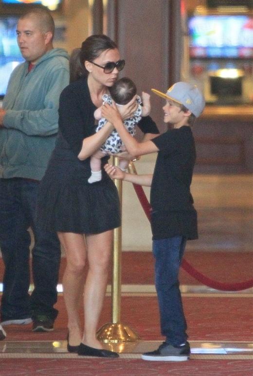 Kể từ khi Harper còn nhỏ, cả 3 anh em luôn là người phụ ba mẹ chăm sóc cho cô em gái út của mình. Trong hình, Romeo thích thú khi được Victoria đưa Harper qua cho cậu bế.