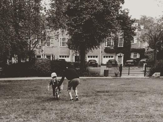 """Bức ảnh mới nhất giữa hai anh em là khi Brooklyn chạy theo giữ xe đạp để tránh cho Harper không bị té ngã, khi cô bé đang tập chạy xe.David Beckhamđã từng chia sẻ: """"Harper có 3 người anh sẽ đưa con bé ra ngoài, 3 người anh sẽ đưa con bé về và 1 ông bố đang chờ con bé ở nhà"""". Harper quả thực rất may mắn khi được sinh ra trong một gia đình tràn ngập tình yêu thương."""