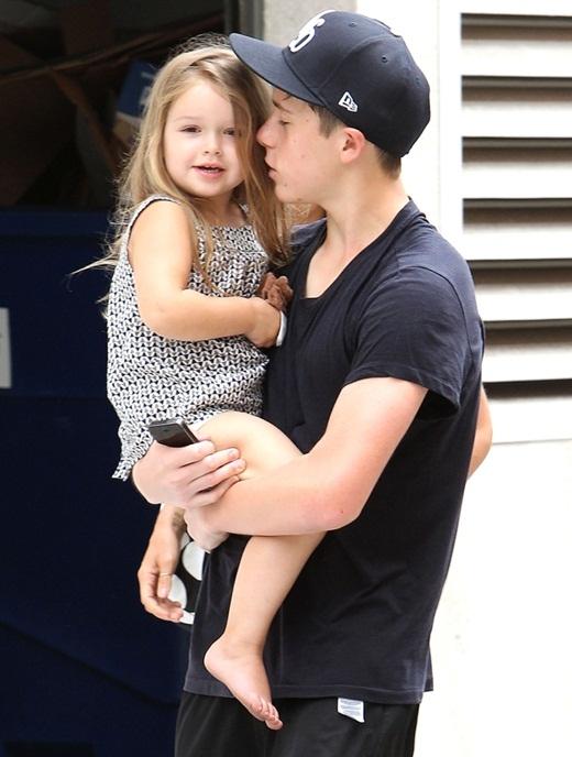 Harper xinh như thiên thần trong vòng tay của anh trai.