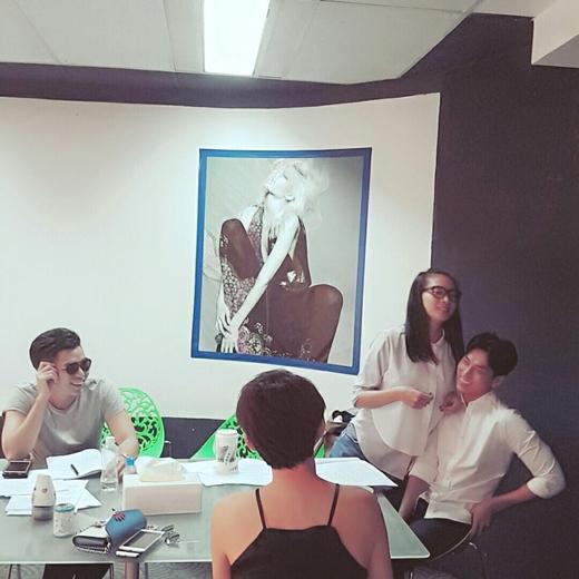 Mới đây, Ngô Thanh Vân đã đăng tải hình ảnh của cô khi cùng làm việc với Jun, Isaac và cả Tóc Tiên lên trang cá nhân của mình. Không hiểu đang có bất đồng gì xảy ra mà nhìn Ngô Thanh Vân đang có vẻ muốn hăm dọa Isaac như vậy.
