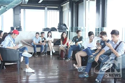 Các thí sinh căng thẳng chờ đến lượt thử vai của mình - Tin sao Viet - Tin tuc sao Viet - Scandal sao Viet - Tin tuc cua Sao - Tin cua Sao