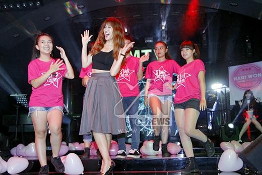 Mở màn chương trình là tiết mục dance của các bạn fans. - Tin sao Viet - Tin tuc sao Viet - Scandal sao Viet - Tin tuc cua Sao - Tin cua Sao