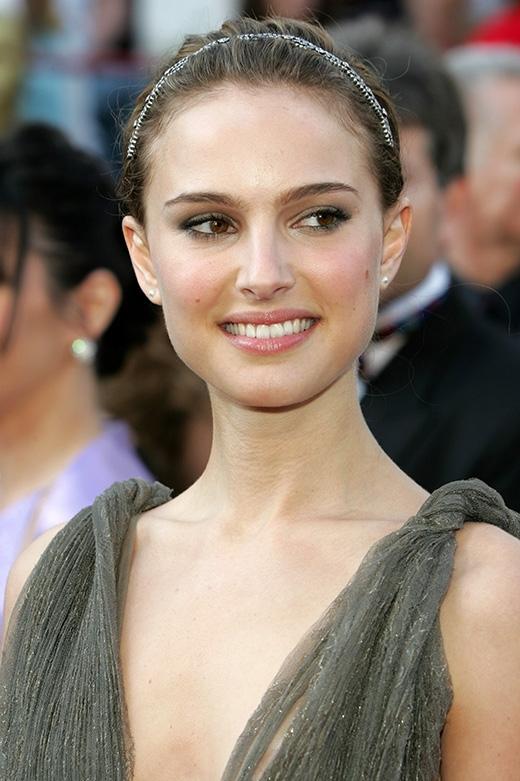 Natalie Portman khiến nhiều người phải trầm trồ về việc thành thạo 4 ngoại ngữ Anh, Pháp, Do Thái và Nhật. Không những vậy, nữ diễn viên xinh đẹp còn sở hữu tấm bằng cử nhân Tâm lý học của trường đại học Harvard.