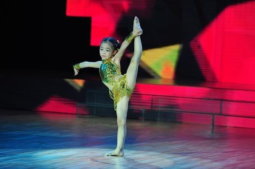 Nhìn thấy được tiềm năng của Yến Trang (7 tuổi) qua những màn uốn dẻo, xoạc chân, Đoan Trang - Hà Lê quyết định chọn bé để đưa bé đi xa hơn nữa. - Tin sao Viet - Tin tuc sao Viet - Scandal sao Viet - Tin tuc cua Sao - Tin cua Sao