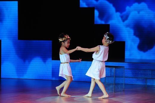 Đức Minh (7 tuổi) và Thu Trang (6 tuổi) là 2 thí sinh khiến ban giám khảo phát cuồng vì sở hữu cả kỹ thuật lẫn tính giải trí cao. - Tin sao Viet - Tin tuc sao Viet - Scandal sao Viet - Tin tuc cua Sao - Tin cua Sao
