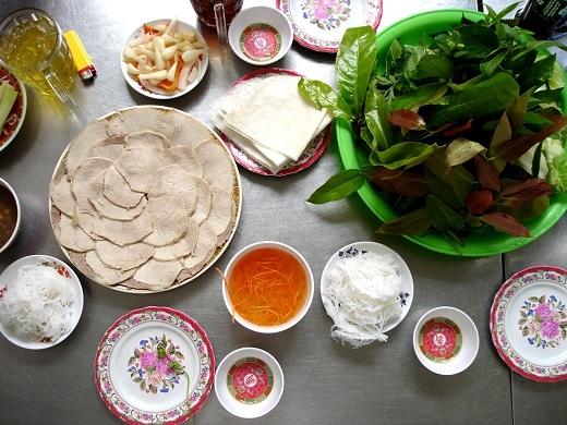 """Bánh tráng Trảng Bàng cuốn thịt heo cũng là một món """"vedette"""" góp phần mang thương hiệu ẩm thựcTây Ninhnổi tiếng khắpViệt Nam."""