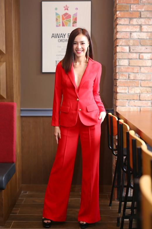 Với sắc đỏ ruby nổi bật, Ninh Dương Lan Ngọc kết hợp chiếc áo vest xẻ sâu cùng quần ống loe hợp mốt. Tuy nhiên, bộ trang phục hơi nhăn nhúm đã tạo nên điểm trừ cho Quán quân Bước nhảy Hoàn vũ 2015.
