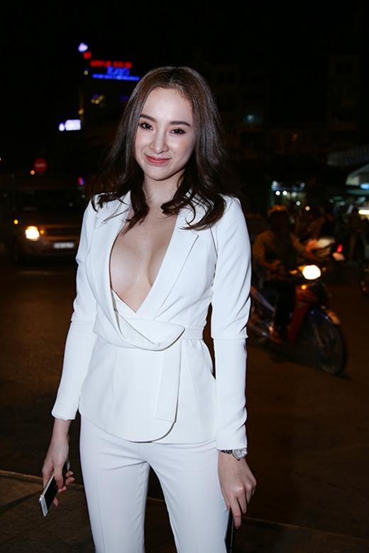 """Hẳn nhiều khán giả vẫn không thể quên được bộ vest trắng từng """"gây họa"""" cho Angela Phương Trinh trên thảm đỏ gần đây. Mặc dù xảy ra sự cố nhưng không thể phủ nhận vẻ gợi cảm, cuốn hút của cô nàng khi diện mẫu thiết kế này."""
