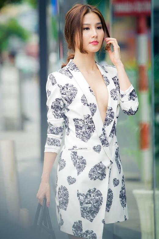 Diễm My 9X hiện đại, trẻ trung nhưng không kém phần gợi cảm trong chiếc váy họa tiết lấy phom từ áo vest truyền thống.