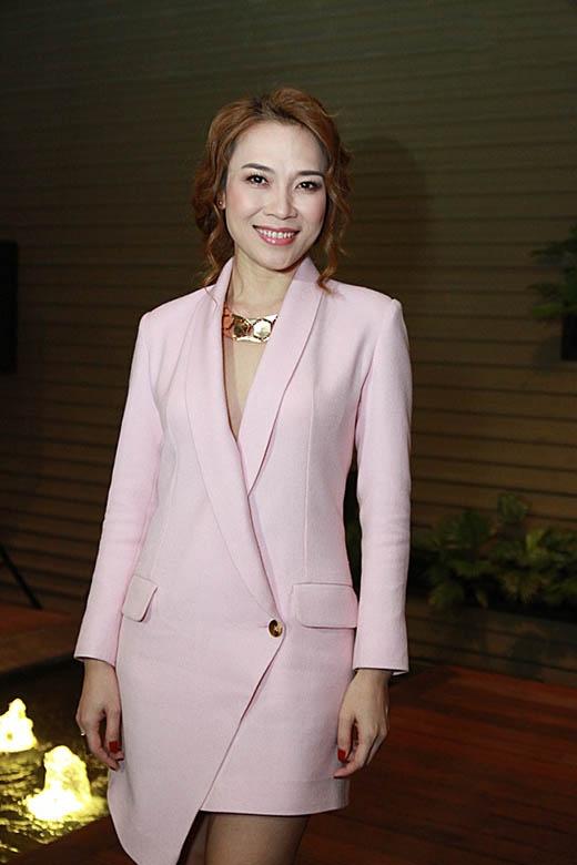 Cùng chọn kiểu trang phục này, Mỹ Tâm cũng ghi điểm tuyệt đối với tông hồng pastel dịu ngọt, nữ tính.