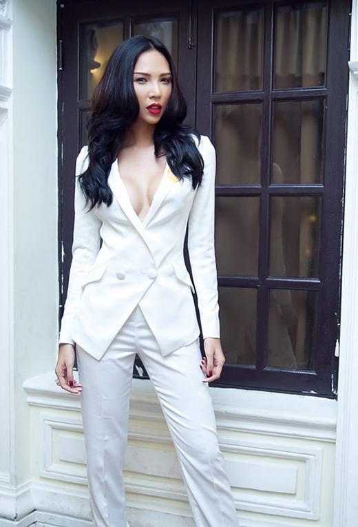 Chân dài Minh Triệu cũng không hề kém cạnh khi diện bộ vest trắng đầy khiêu khích.