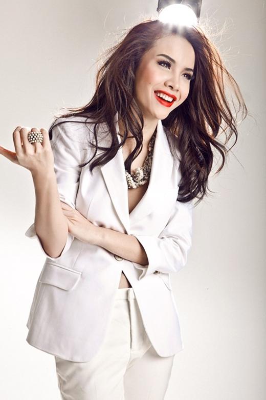 Yến Trang cũng chọn sắc trắng trung tính khi diện mốt vest xẻ ngực sâu. Tuy nhiên, chiếc áo vest khá thùng thình lại không giúp nữ ca sĩ ghi điểm.