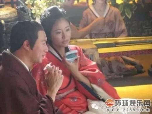 Cô còn mang theo quạt cầm tay bên tài tử Trần Kiện Phong.