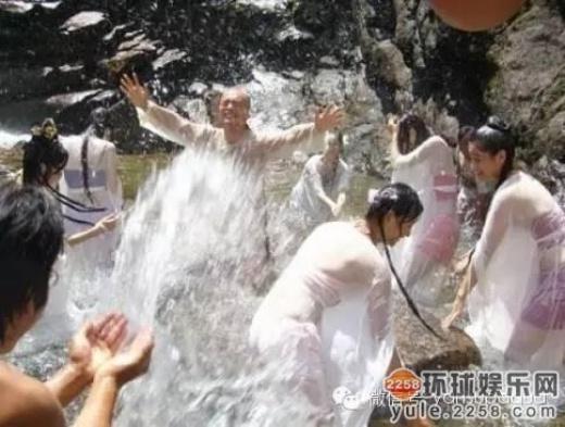 Huỳnh Hiểu Minh vô tư đùa dưới nước như trẻ nhỏ.