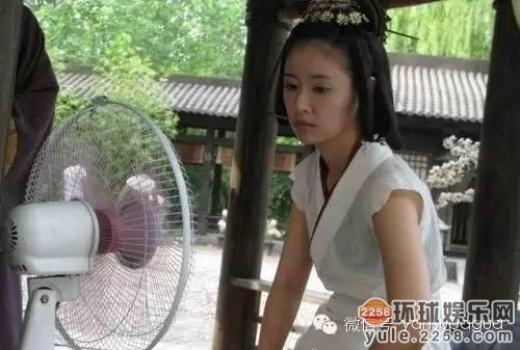 Lâm Tâm Như mặc áo sát nách và ngồi trước quạt vì quá nóng.