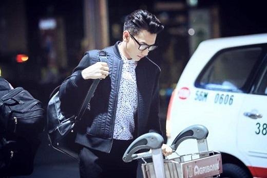 Jacket da cũng chính là item ưa thích của nam ca sĩ điển trai này.