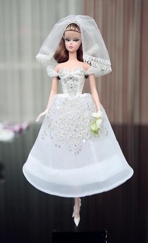 Chiếc váy cưới cúp ngực gợi cảm kết hợp cùng chân váy chuông lạ mắt. Những họa tiết hoa lá đều được thực hiện hoàn toàn bằng phương pháp thủ công.