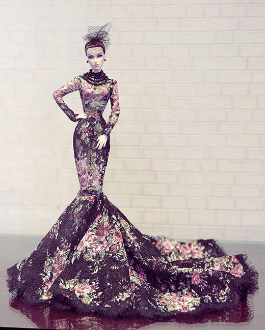 Những đóa hoa hồng, tím khoe sắc trên nền đen của thiết kế đuôi cá sang trọng, nữ tính được thực hiện bằng chất liệu ren lưới xuyên thấu.