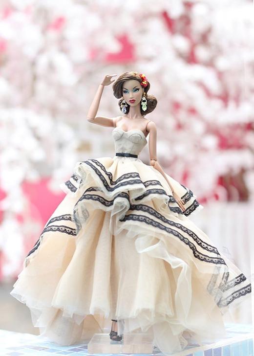 Cấu trúc phân tầng không cân xứng khiến chiếc váy trở nên lạ mắt, độc đáo hơn.