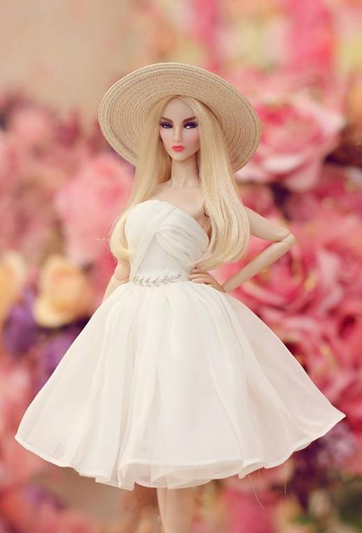 Hình ảnh những quý cô ngọt ngào, cổ điển khi diện váy xòe kết hợp cùng mũ fedora hợp mốt.