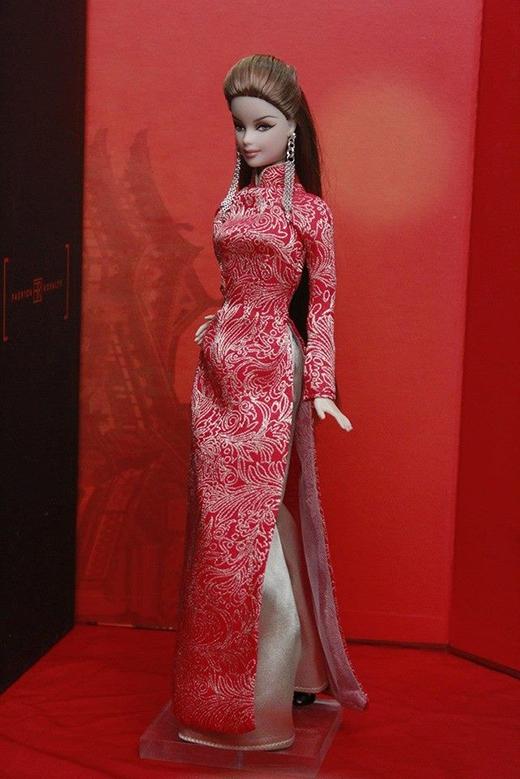 Áo dài truyền thống với sắc đỏ may mắn cho những ngày đầu năm.
