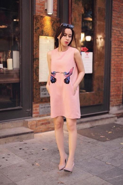 Lưu Hương Giang khiến người hâm mộ phải trầm trồ với mẫu váy màu hồng phấn nhẹ nhàng, họa tiết 2 chú chim nổi bật sang trọng.