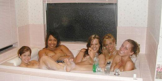 Theo bạn, bức hình này có mấy người nếu... tính cả người ở bên ngoài cửa sổ?