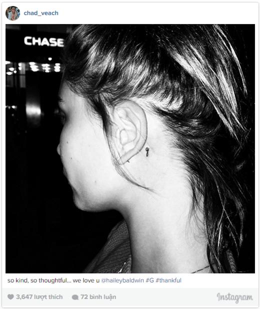 Hình xăm chữ g sau tai của Hailey.