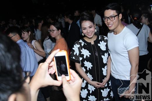 Sau khi kết thúc chương trình, Thu Minh còn nán lại kí tên và chụp hình giao lưu với các bạn hâm mộ. - Tin sao Viet - Tin tuc sao Viet - Scandal sao Viet - Tin tuc cua Sao - Tin cua Sao