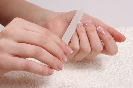 Đây là công đoạn dể định hình khuôn móng tay góp phần tăng thêm vẻ đẹp của bàn tay xinh.