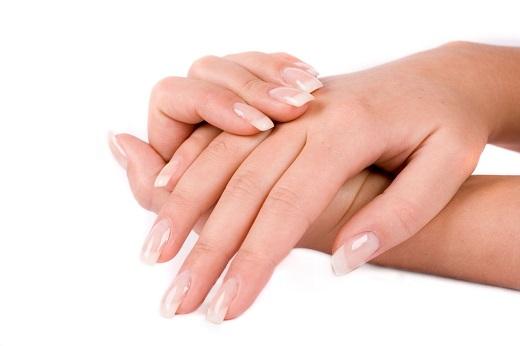 Thoa kem dưỡng tay loại tốt – đặc biệt là vào mùa đông, vì bàn tay phơi trần trong thời tiết lạnh sẽ bị khô và thô ráp. Luôn dùng loại kem dưỡng có chứa SPF bất kể mùa hè hay mùa đông.