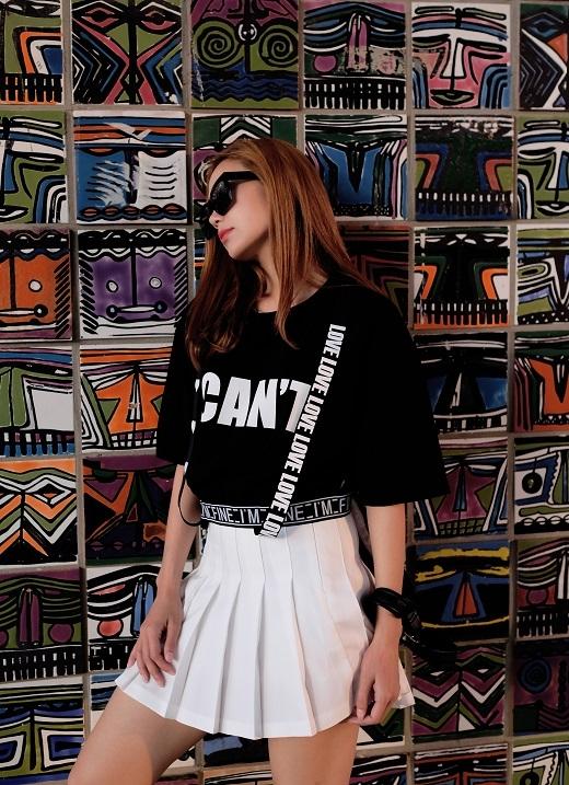 Các teen-girl nên học tậpMinh Hằngnếu ưa thích style năng động, trẻ trung. Chiếc váy chữ A xếp li tinh tế được mỹ nhân kết hợp cùng áo thun họa tiết ấn tượng.