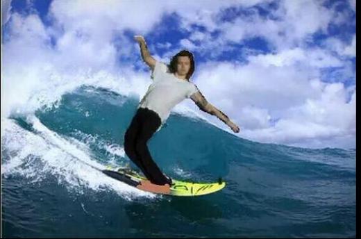 Một fan chế thành ảnh Harry đang lướt sóng.