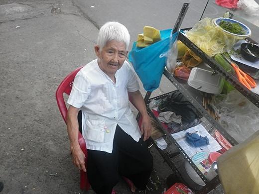Hàng ngày, bà Tám phải ngồi đợi khách đến mua trong sự mỏi mòn.