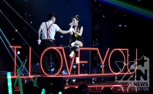 Diệu My đến từ đội Tuấn Hưng lựa chọn ca khúc I Love You của 2NE1 để viết lời Việtvà mang đến một tiết mục sôi động. - Tin sao Viet - Tin tuc sao Viet - Scandal sao Viet - Tin tuc cua Sao - Tin cua Sao