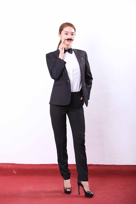 Diện bộ trang phục nam tính, á hậu Linh Chi vẫn toát ra sức hút khó cưỡng của mình. - Tin sao Viet - Tin tuc sao Viet - Scandal sao Viet - Tin tuc cua Sao - Tin cua Sao