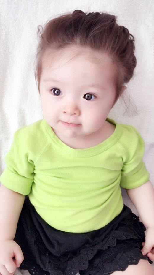 Chân váy ren đen lại xuất hiện trong một bộ trang phục khác của con gái Elly Trần kết hợp cùng áo phông xoắn tay tông xanh lá nổi bật.